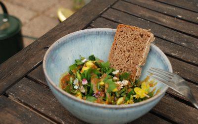 Wildkräutersalat mit selbstgebackenem Brot